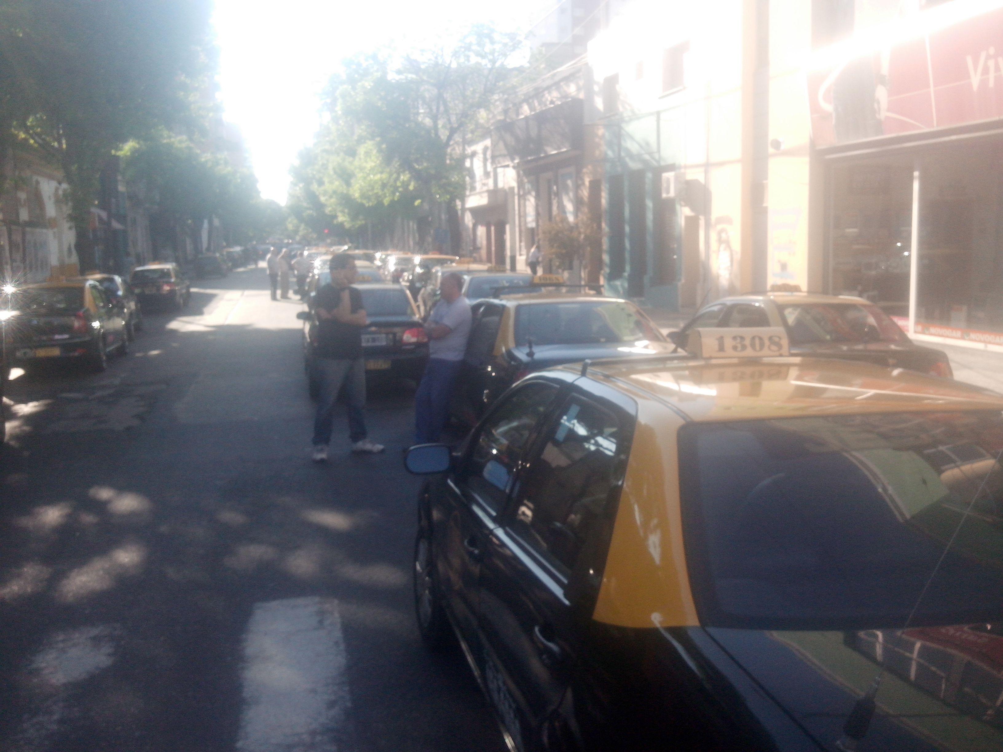 Los taxistas comparon las inmediaciones del domicilio particular de Lamberto. (Foto: Sebastián S. Meccia)
