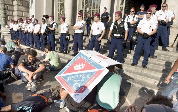 Cientos de inmigrantes que querían seguir viaje a Alemania quedaron protestando en las calles de Budapest.