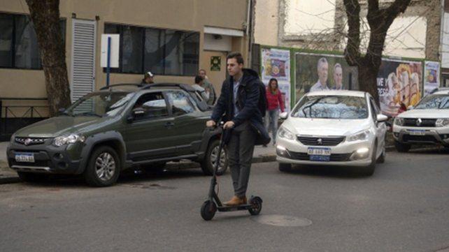 Nueva convivencia. Los monopatines eléctricos ya circulan por las calles rosarinas. Representan una opción sustentable para reemplazar a los vehículos