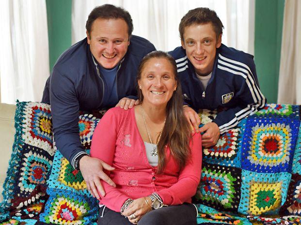 En familia. María Laura con Javier Vinciguerra y el hijo de ambos. A pesar de su enfermedad