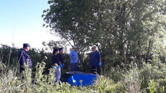 Los pesquisas encontraron los cuerpos del hombre y su hijo colgando de un árbol.