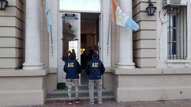 Personal de la sección drogas de la Agencia de Investigación Criminal en la Alcaidía de Melincué.