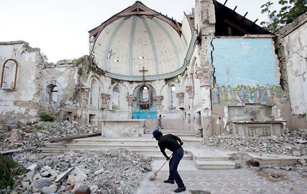 Restos. Un hombre barre un área de la iglesia católica Santa Ana