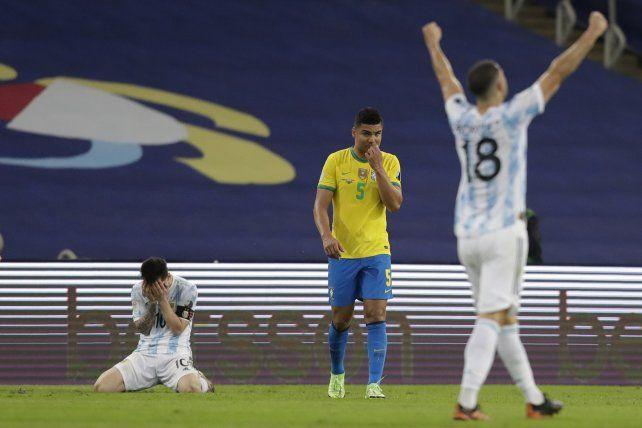 El argentino Lionel Messi, llora arrodillado después de que su equipo venciera 1-0 a Brasil en la final de la Copa América en el estadio Maracaná de Río de Janeiro, Brasil, el sábado 10 de julio de 2021. AP Photo / Andre Penner