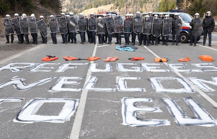 La Policía forma un vallado en Brenner