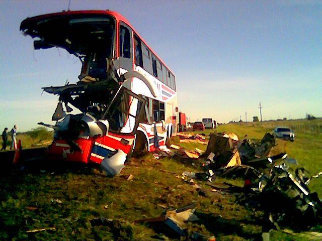 En el choque murieron nueve estudiantes y una docente.