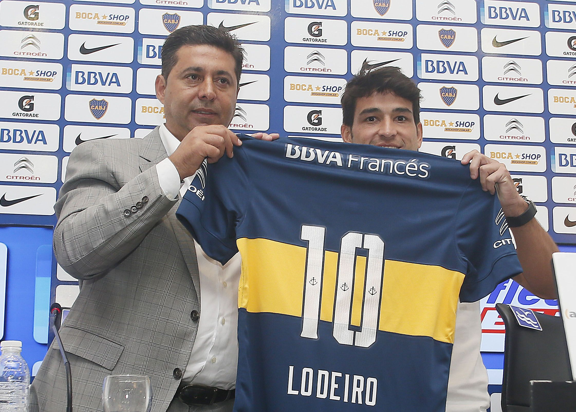 El volante uruguayo posa con la camiseta de Boca durante la presentación oficial como refuerzo.