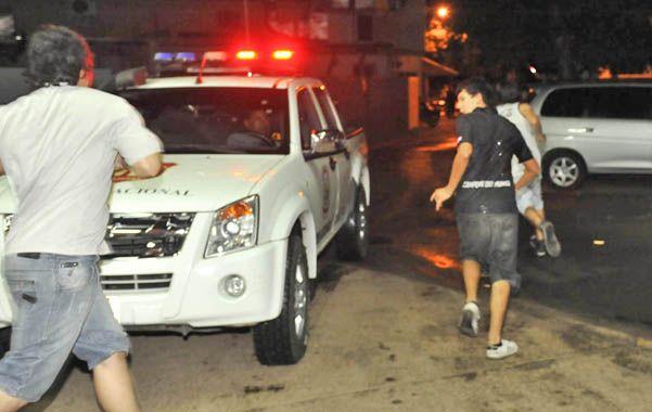 Violencia. En la madrugada del viernes también hubo cruces con hinchas de Olimpia cerca del hospital donde está internado Albornoz.