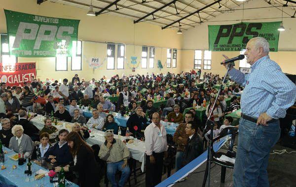 El Tigre Cavallero habló ante casi tres mil personas en el almuerzo del que participaron la Confederación Socialista Argentina y el kirchnerismo santafesino. Palos al PS provincial.