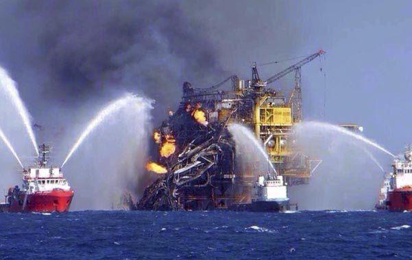 Golfo de México. Diez barcos contraincendios luchan contra las llamas en la plataforma de Pemex