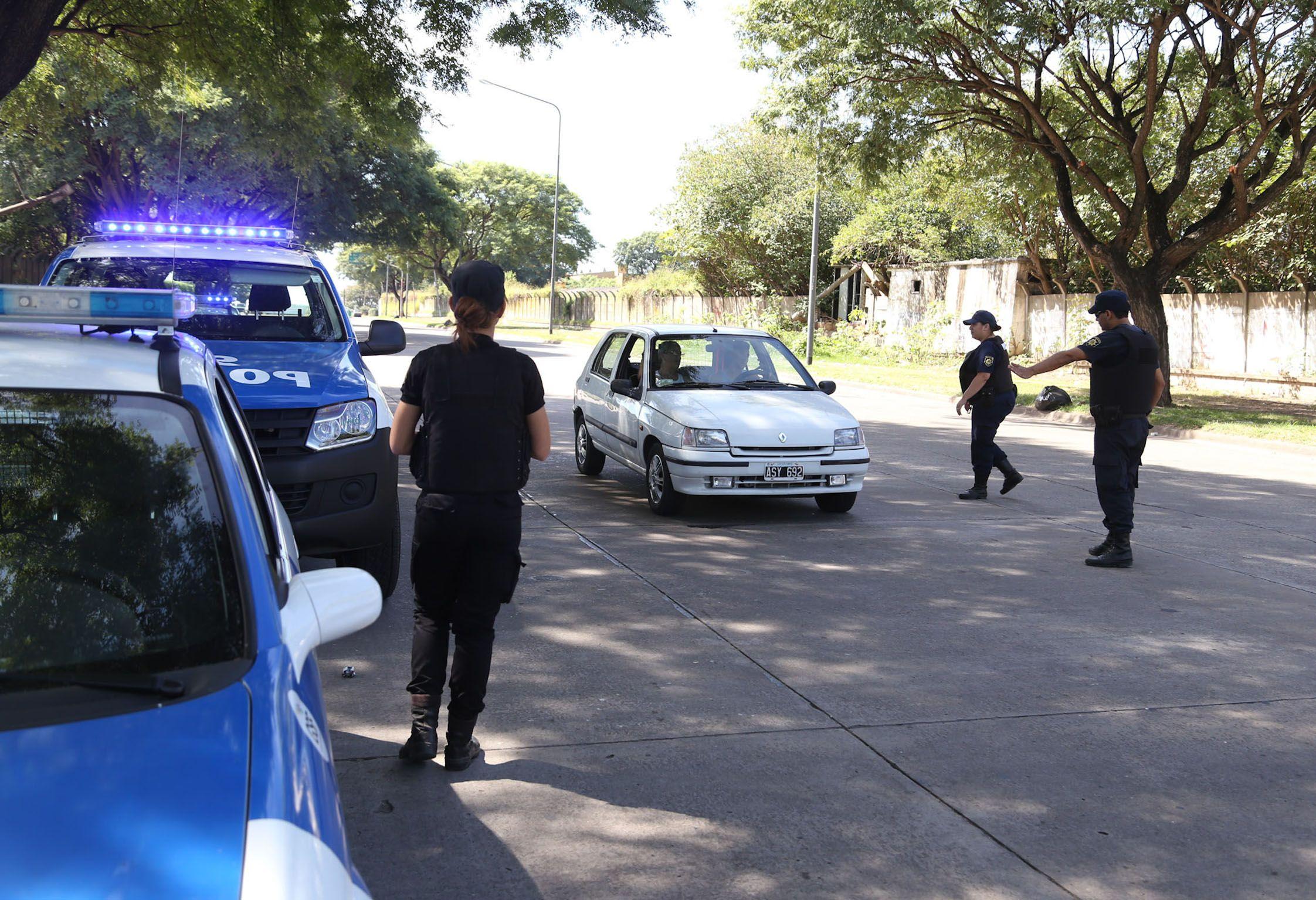 custodiados. Los efectivos de la policía provincial se vienen desplegando en los barrios Tablada