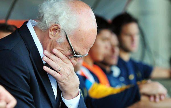 Preocupado. El técnico de Boca tiene un arduo trabajo para recuperar el juego.