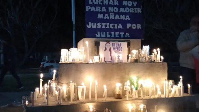 Decenas de vecinos marcharon con velas y antorchas para reclamar justicia por Julieta Del Pino