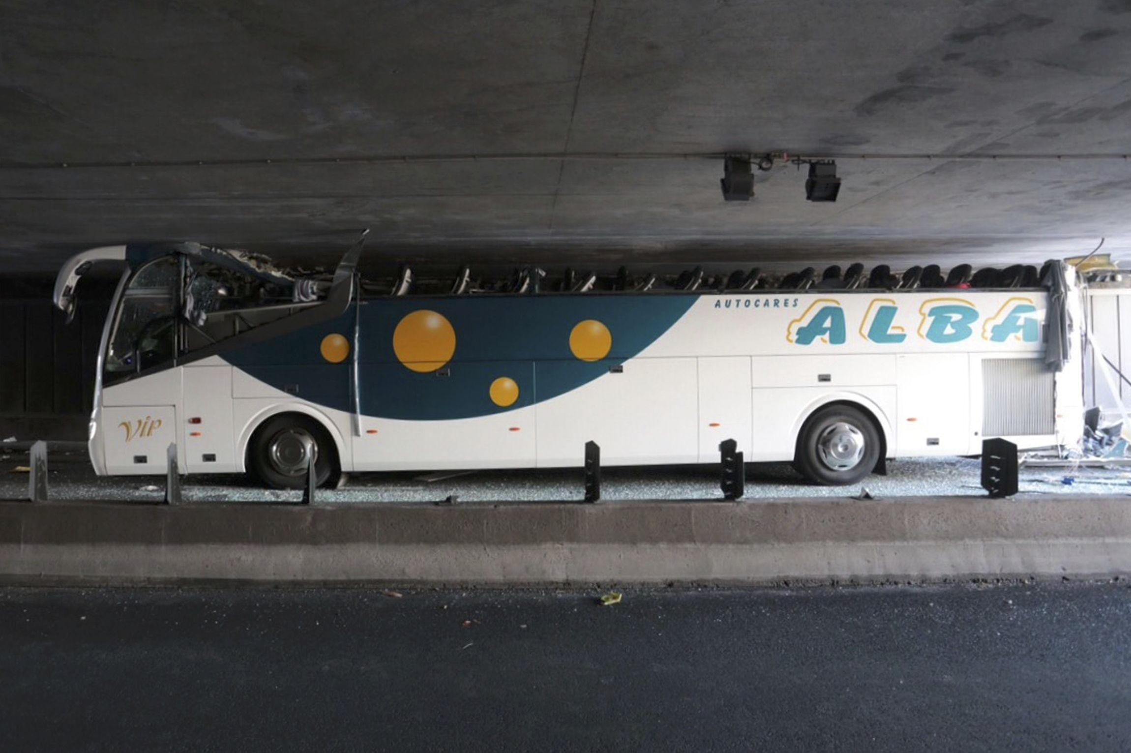 Inexplicable. El impacto arrancó completamente el techo del ómnibus.