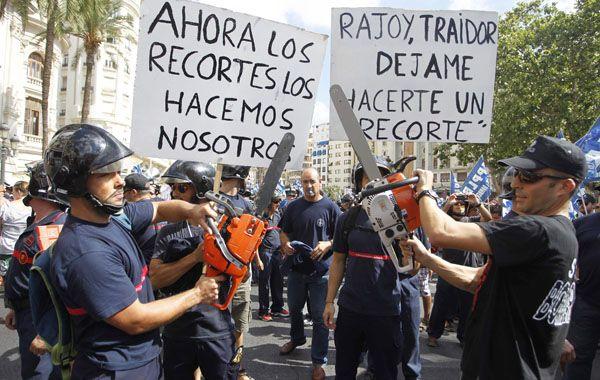 Bomberos protestaron ayer en Valencia contra los duros recortes del gobierno de Mariano Rajoy.