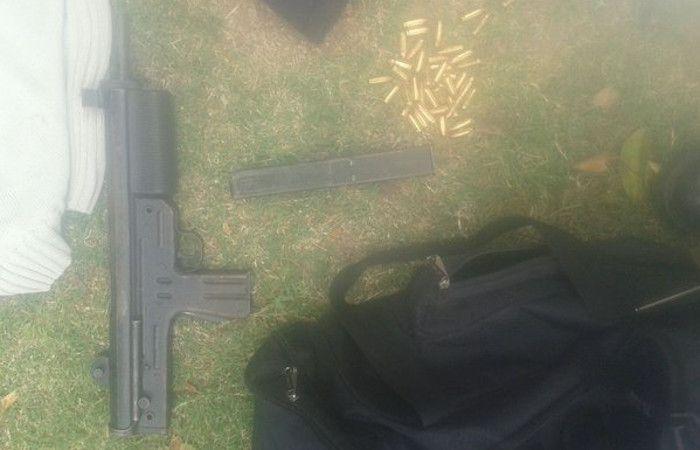 El armamento secuestrado. (Foto vía Twitter @hernanfunes)