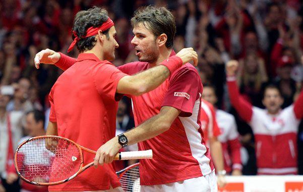 Celebración. Federer y Wawrinka se abrazan tras conseguir el punto del doble. Suiza puede coronarse por primera vez.