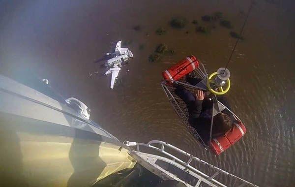 Uno de los sobrevivientes es rescatado de la zona del siniestro en un helicóptero. (Foto: NA)