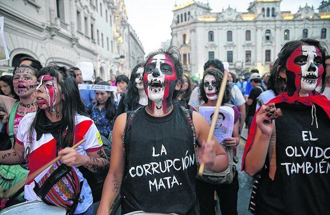 Movilizaciones. Jóvenes gritan eslóganes contra el perdón humanitario al hospitalizado ex presidente.