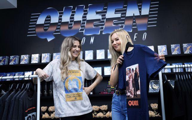 Una vendedora sostiene una camiseta mientras posa para las cámaras en una nueva tienda dedicada a vender mercancía oficial de la icónica banda británica de rock Queen antes de que abra en Londres