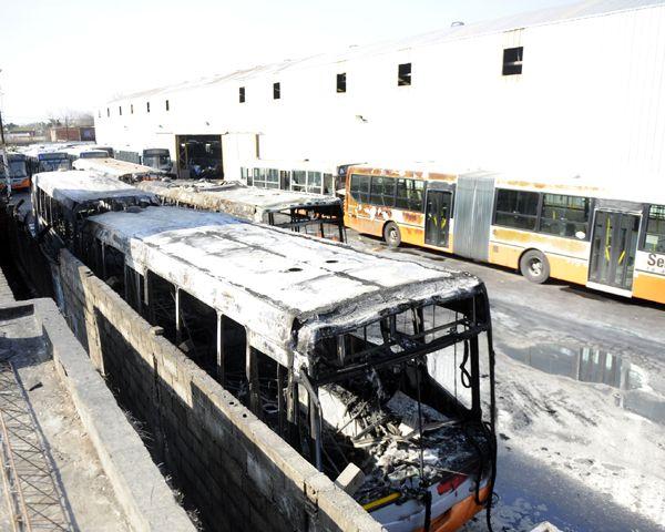 El incendio destruyó varias unidades de la Semtur. (Foto: G. de los Rios)
