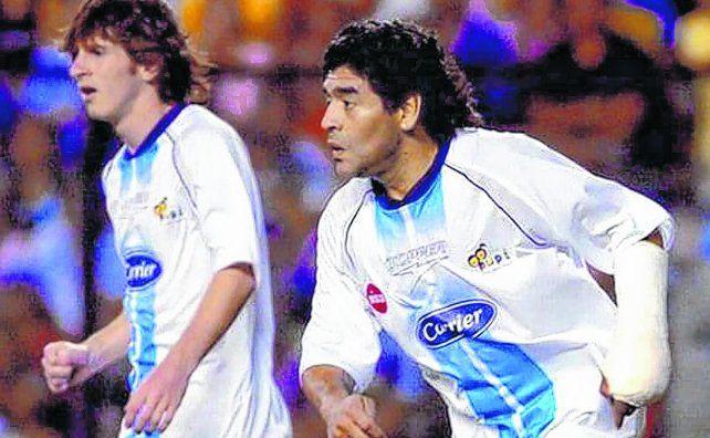 Fenómenos. Lionel Messi y Diego Maradona compartieron equipo en la Bombonera en el partido benéfico en 2005.