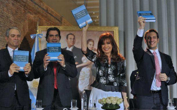 Levantando los libros. Cristina se anotó como un triunfo propio la promulgación del nuevo Código Civil.