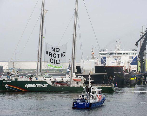 Más de 80 activistas de Greenpeace intentaron detener un buque petrolero con petróleo extraído del Ártico.