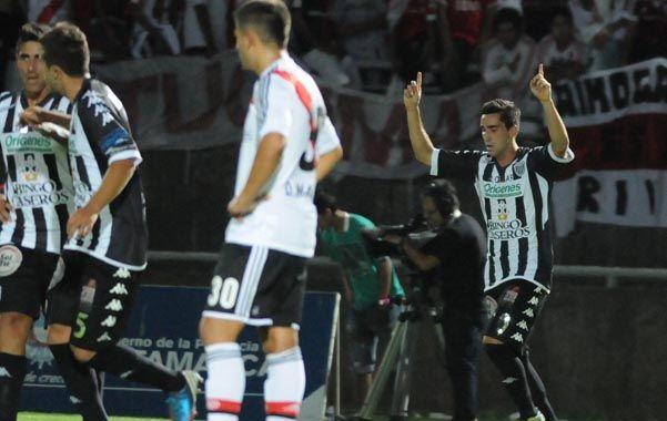 Contracara. El mediocampista Ruiz festeja su conquista mientras el volante millonario Diego Martínez da muestras de indignación.