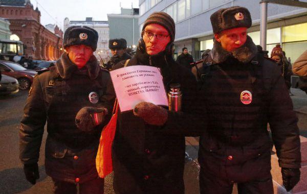 La policía moscovita arresta frente al Parlamento a un manifestante a favor de las adopciones.