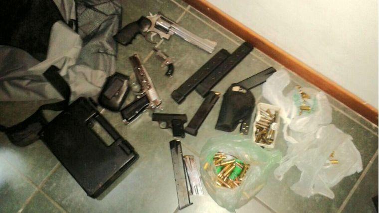 en el bolso. Cinco armas de fuego y más de cien proyectiles fueron hallados.