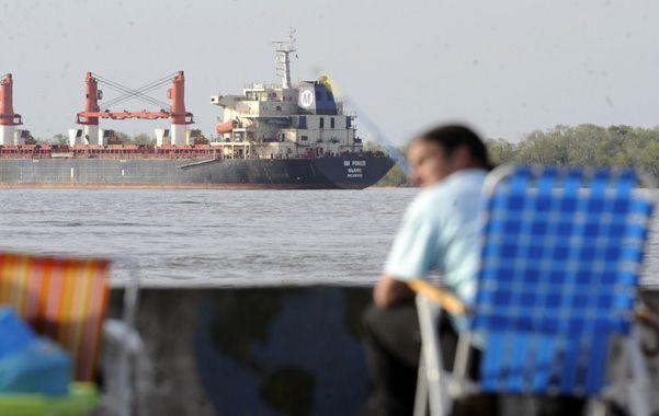 El buque. El RM Power fondeado frente al puerto de Arroyo Seco
