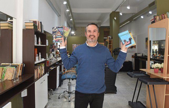 El escritor y peluquero publicó cuatro libros en seis años y tiene el boceto de otra novela que escribió durante la pandemia.