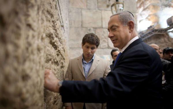 Oración. El primer ministro Benjamin Netanyahu con su hijo Avner (detrás) en el Muro de los Lamentos