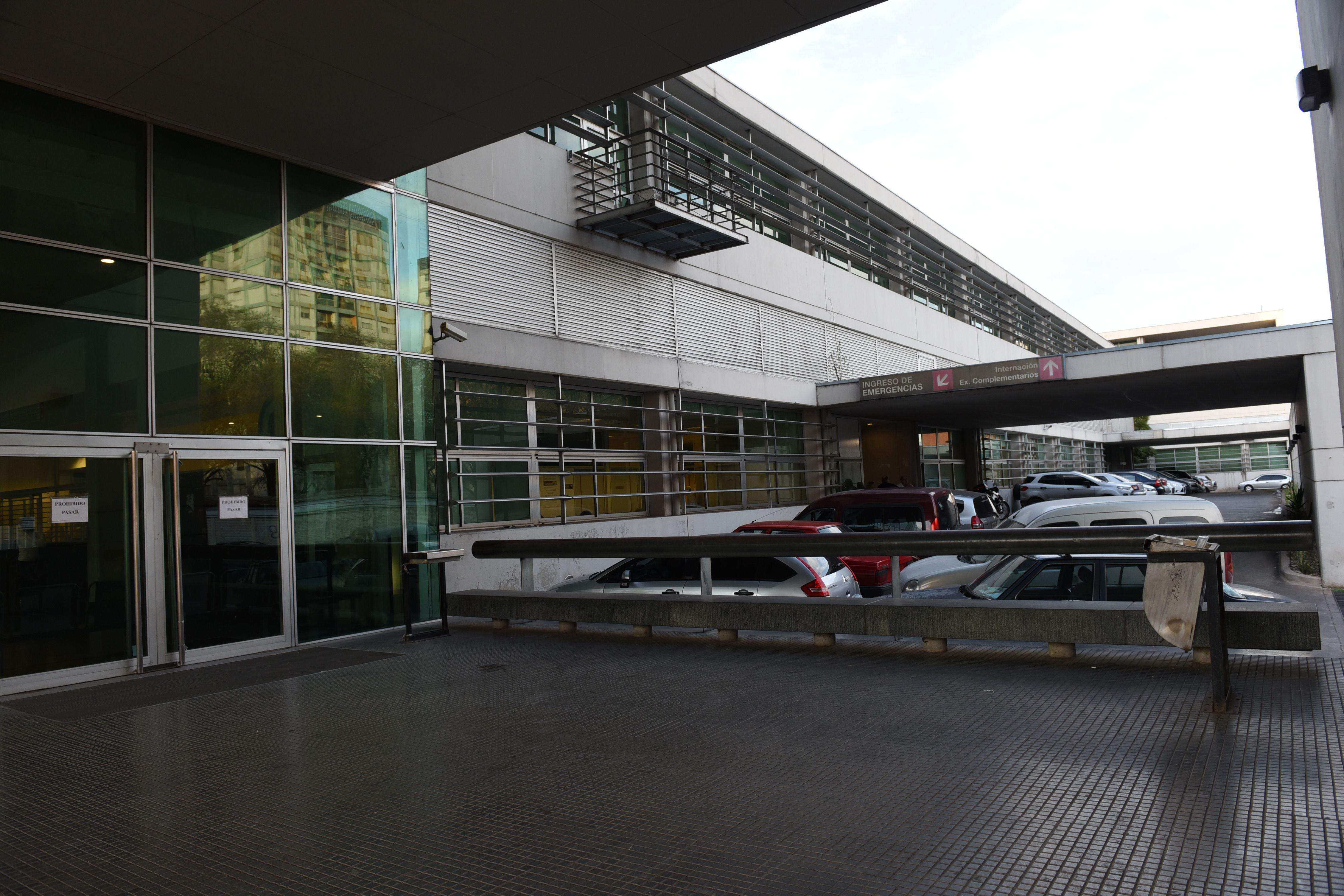 La víctima del robo es atendida en el Hospital de Emergencias.