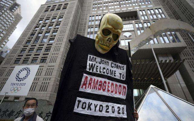 Manifestantes portan una pancarta de una efigie de la muerte durante la protesta contra la inauguración en julio de los Juegos Olímpicos de Tokio 2020 cerca del edificio del Gobierno Metropolitano de Tokio.