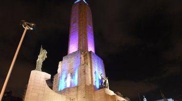 EN OTRAS CAMPAÑAS. En Rosario, han teñido de rosa el Monumento.