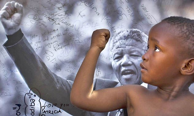 Homenaje. Un niño sudafricano imita la postura de Mandela