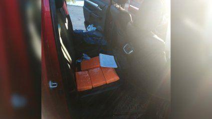 Dentro de una camioneta Toyota Hilux fueron hallados cuatro panes de cocaína.