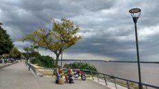 El cielo sobre la ciudad hoy estará mayormente nublado y las temperaturas serán altas durante toda la jornada.