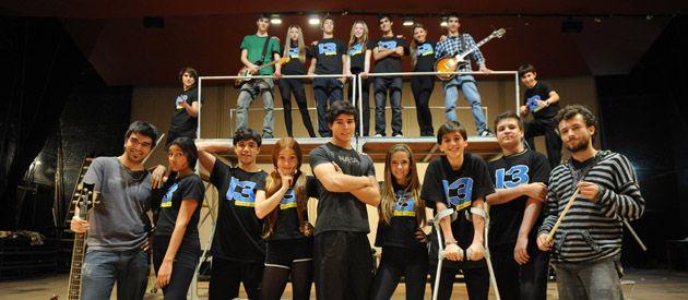 Trece jóvenes artistas participan de la obra con una orquesta en vivo formada por sin músicos. (Foto: Sebastián Suárez Meccia)