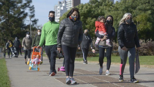 Caminata. Padres e hijos pasean porel parque España y muestran barbijos de todos los diseños y colores.
