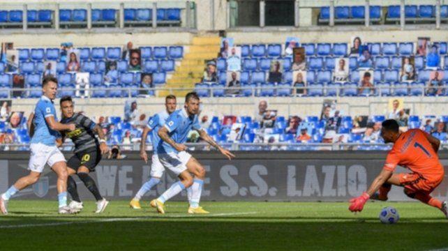Lautaro Martínez marca el gol de Inter que empató 1 a 1 con Lazio en Roma y ya lleva tres gritos en la misma cantidad de partidos.