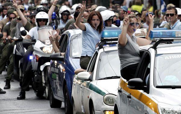 Drástico recorte. Agentes policiales protestan en las calles contra las medidas del gobierno heleno.