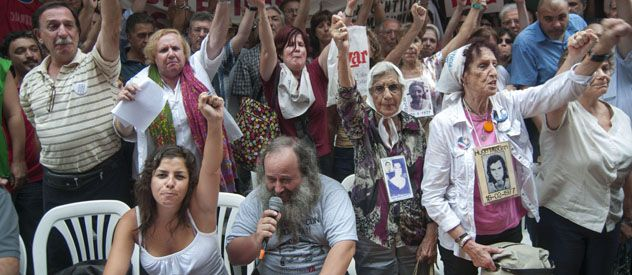 Marcha. Los manifestantes criticaron con dureza al ministro Julio Alak.