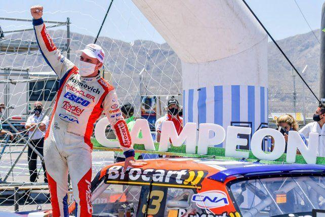 Werner celebra subido al Ford, delante del arco que le prepararon, en honor a Maradona.