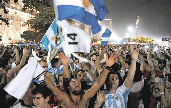 Miles de personas reunidas bajo los colores celeste y blanco se hicieron sentir con sus cánticos.