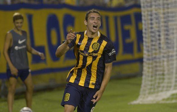 Marco Ruben festeja el primer gol de Central en el amistoso de esta noche en el Gigante.