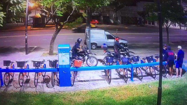 Intentaron vandalizar bicicletas públicas y quedaron grabados en un video