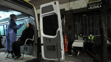 Un puesto móvil de hisopados de PCR en el barrio porteño de Monserrat.